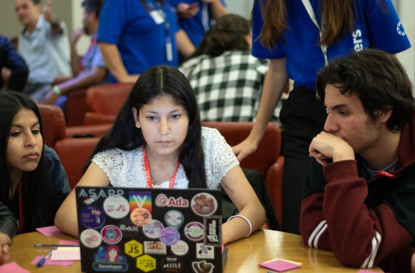 Ofrecen más de 80 becas para formar jóvenes en tecnología informática