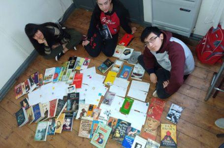 Los alumnos del CPES Rural Itinerante N° 35, de Fuentes del Coyle, en Santa Cruz, recomiendan libros por carta a sus compañeros de otras sedes.